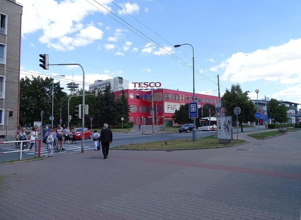 1200px-Pardubice,_Palackého_třída,_Masarykovo_náměstí_1950,_Tesco_City