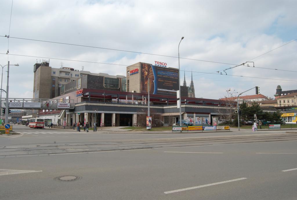 Brno-Trnitá_-_obchodní_dům_Tesco_na_Dornychu_(02)